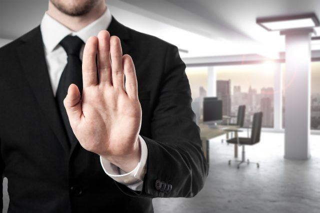 Lừa đảo đồng hương Businessman-in-modern-office-hand-stop-gesture-618650222_2125x1417-640x427